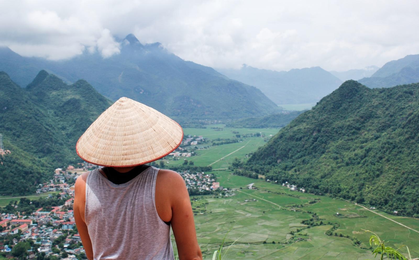 アジアの美しい田舎の風景を見下ろすボランンティア